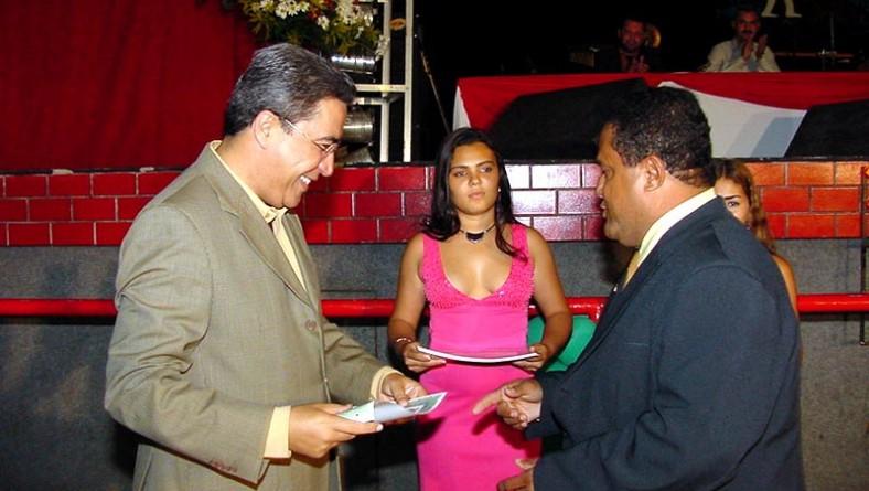 Prefeito recebe homenagem de policiais civis