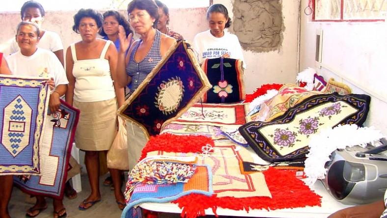 Mães da Bolsa-Escola Cidade Criança fazem curso de tapeçaria