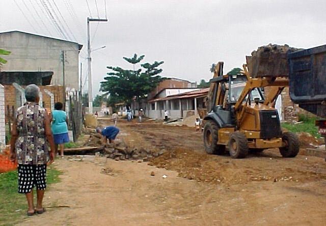 Avenida Novo Paraíso recebe serviços de terraplanagem