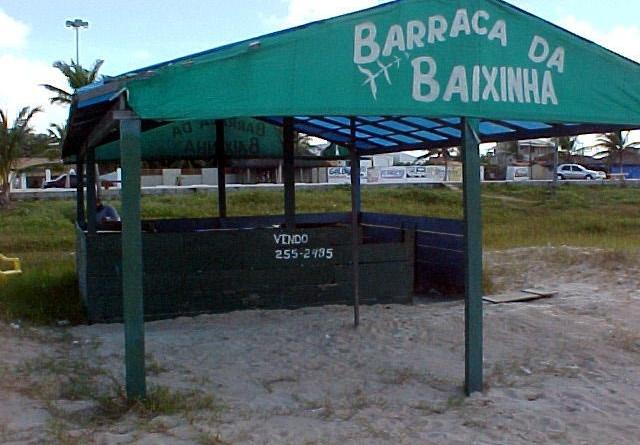 Barracas abandonadas na praia de Atalaia são retiradas pela Emsurb