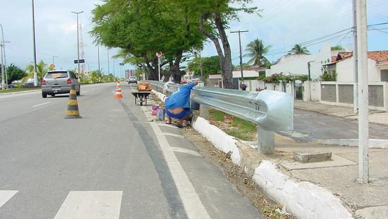 Declive da avenida Tancredo Neves recebe proteção metálica