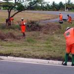 Canteiros da avenida que dá acesso à UFS recebem serviços de capinação  - Fotos: Abmael Eduardo  Agência Aracaju de Notícias