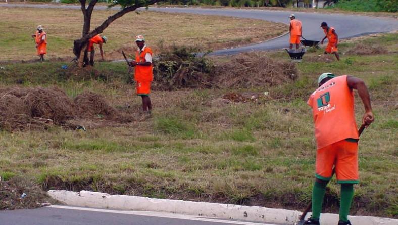 Canteiros da avenida que dá acesso à UFS recebem serviços de capinação