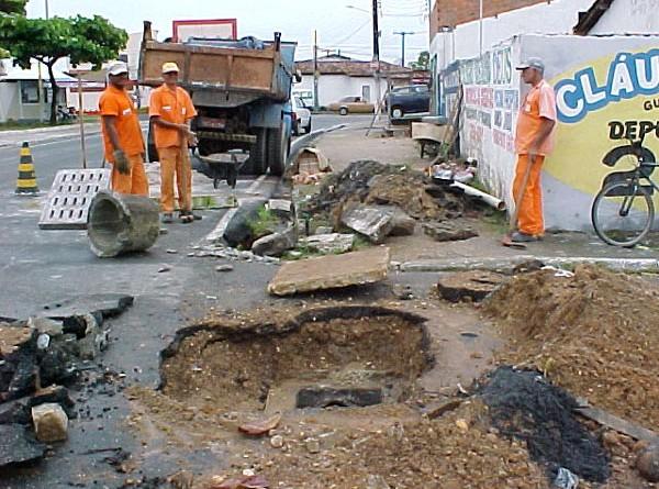 Rede de esgoto do Castelo Branco passa por desobstrução e limpeza