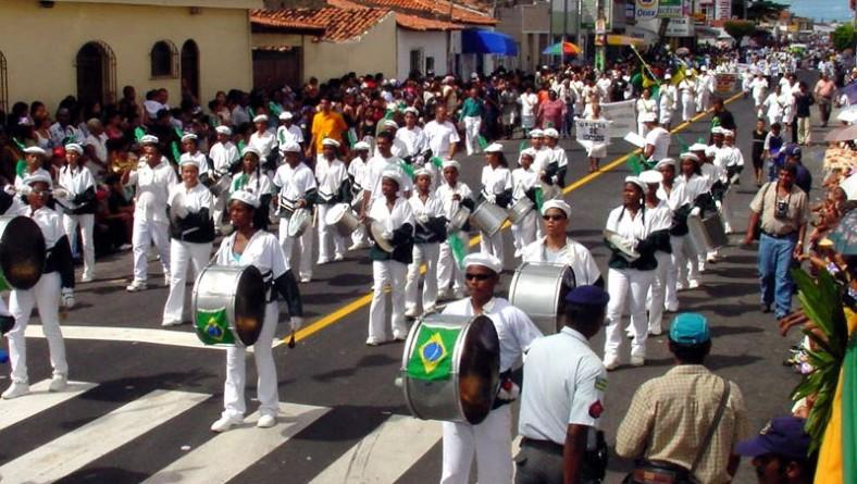 Milhares de pessoas acompanham desfile cívico no Siqueira Campos