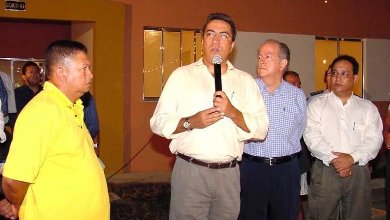 Prefeito participa de entrega de apartamentos no Augusto Franco