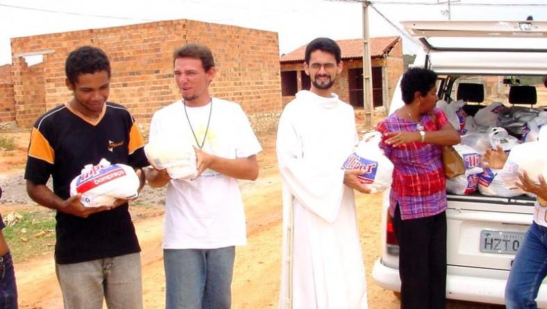 Secretaria de Assistência Social entrega cestas de alimentos em comunidades carentes