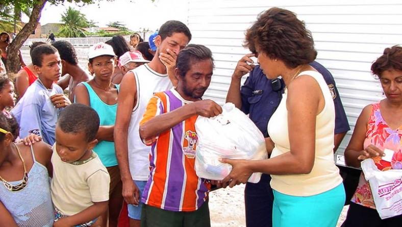 Secretária de Assistência Social entrega alimentos em bairros carentes da capital