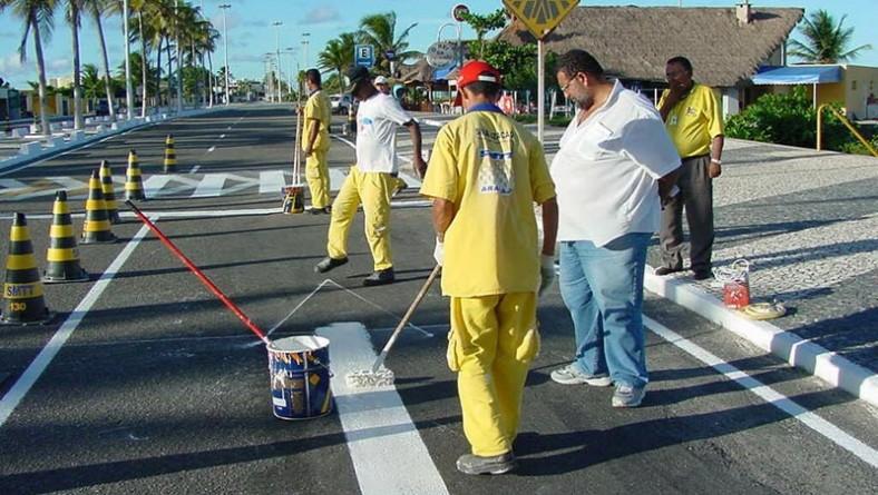 Trabalho de sinalização de ruas e avenidas vem sendo executado pela SMTT