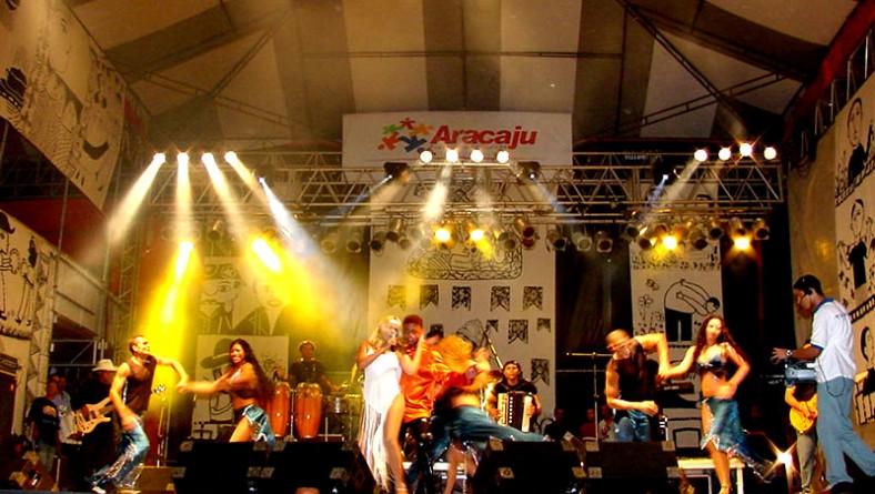 Banda Forró Sucesso encerra a madrugada de festa no palco Luiz Gonzaga