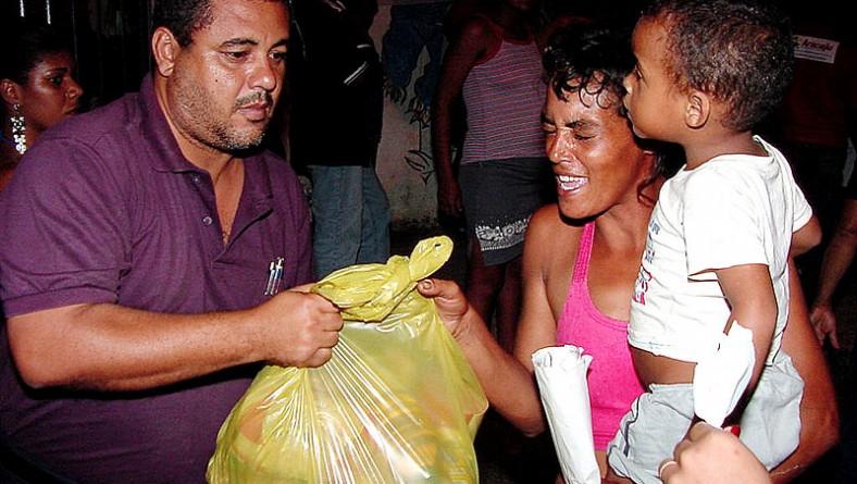 Prefeitura de Aracaju entrega cestas básicas a ex-catadores de lixo
