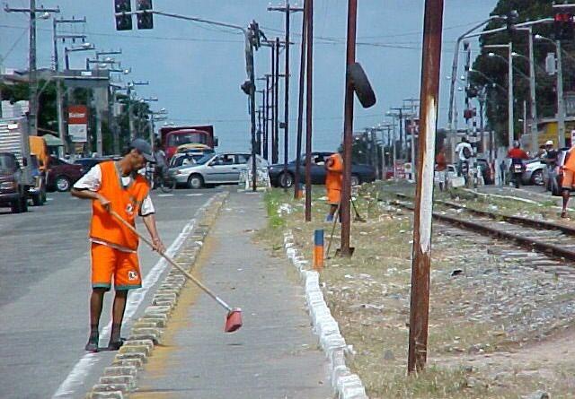 Linha férrea da avenida Augusto Franco passa por serviço de limpeza
