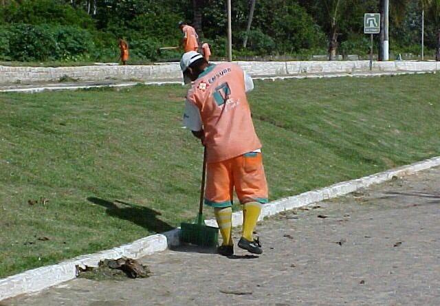 Agentes da Emsurb trabalham na limpeza da avenida Heráclito Rollemberg