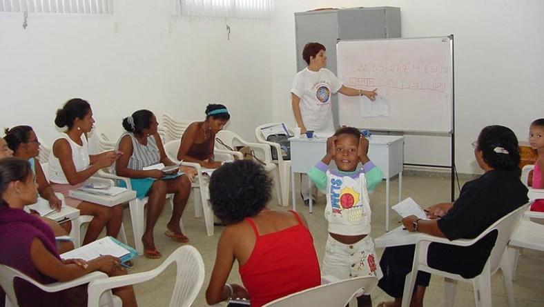 Mães do programa Bolsa-Escola Criança Cidadã recebem aulas de alfabetização