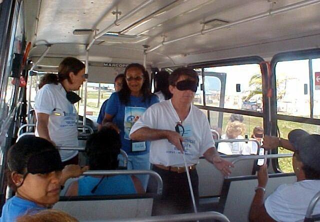 Professores simulam deficiência visual na orla da praia de Atalaia