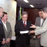 Relatório de auditoria foi entregue aos conselheiros do Tribunal de Contas - Fotos: Wellington Barreto  AAN  Clique na foto e amplie