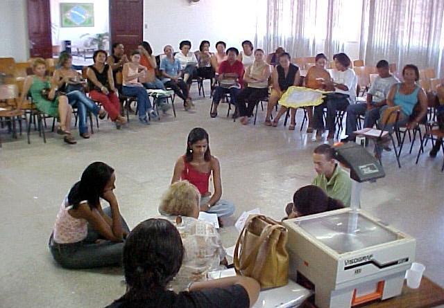 Professores realizam práticas pedagógicas com alunos que apresentam deficiência visual e auditiva