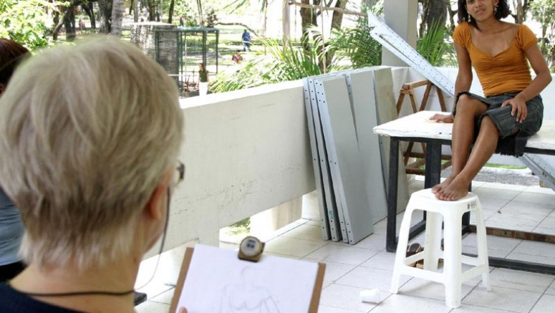 Alunos do Curso de Desenho e Pintura promovido pela Funcaju retratam figura humana