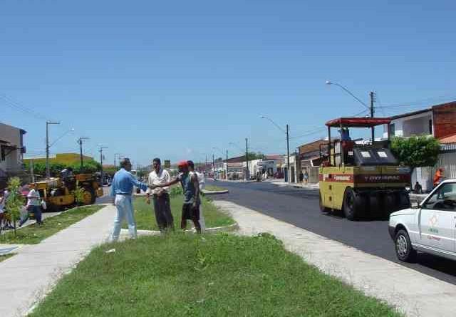 Prefeito visita obras de pavimentação na avenida Gasoduto