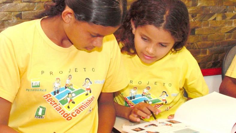 Adolescentes do Recriando Caminho ganham curso de inglês