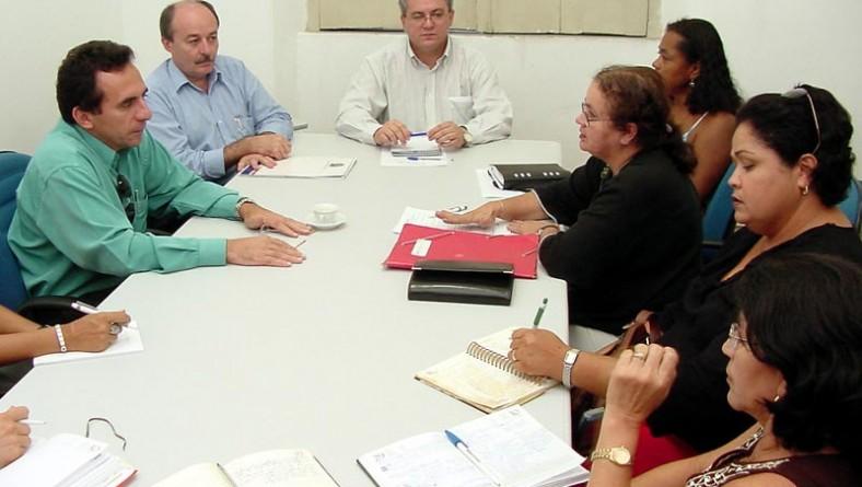 Comissão de secretários recebe sindicalistas para discutir reposição salarial dos servidores