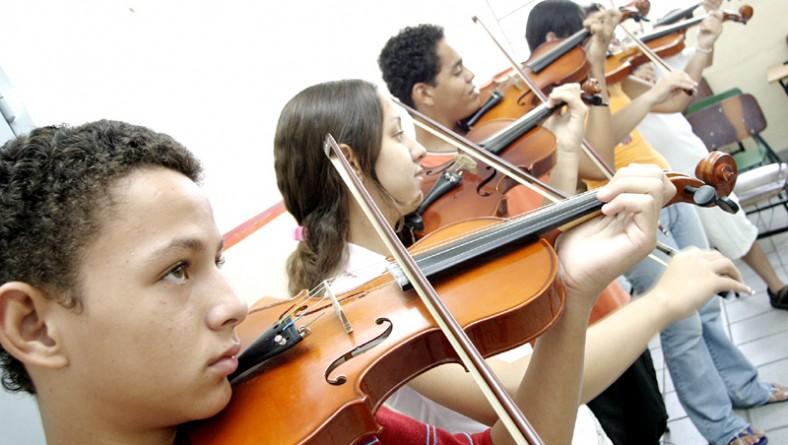 Curso de violino da Escola de Artes se destaca pelo grande número de crianças e adolescentes matriculados