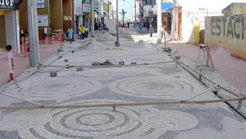 Piso do calçadão da rua São Cristóvão está sendo trocado pelas pedras portuguesas
