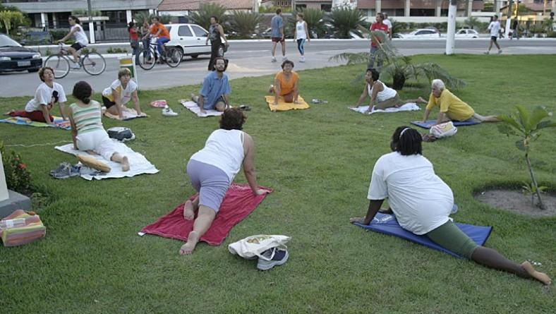Prefeitura promove a prática de Yoga no calçadão da 13 de Julho