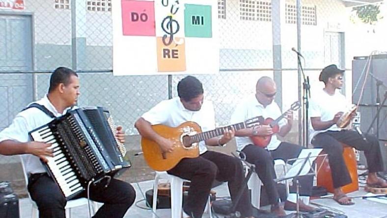 Projeto Dó Ré Mi oferece cursos de música para estudantes de escola municipal