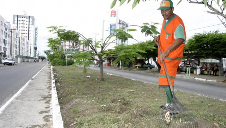 Avenida Adélia Franco recebe serviços de varrição