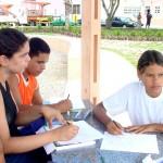 Orla do Industrial serve de cenário para alunos da oficina de artes do CAIC - Fotos: Fátima Duarte