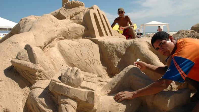 Esculturas na areia da Atalaia homenageiam o sesquicentenário da capital