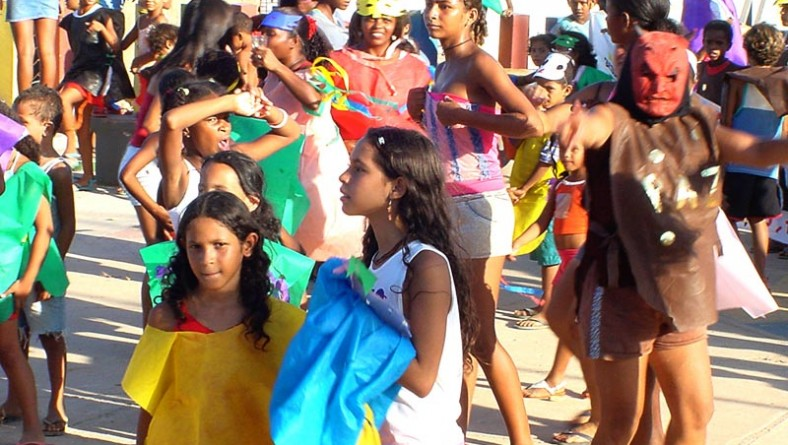 Carnaval de rua anima alunos e moradores do bairro Santa Maria