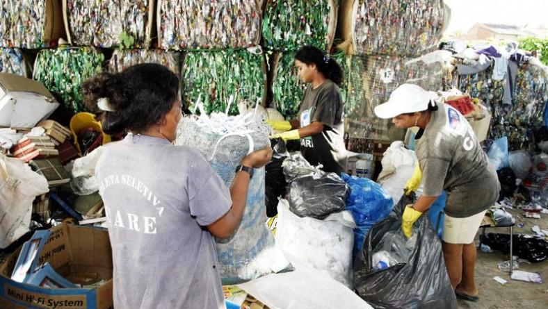Cooperativa de reciclagem de lixo garante renda para dezenas de famílias do Santa Maria