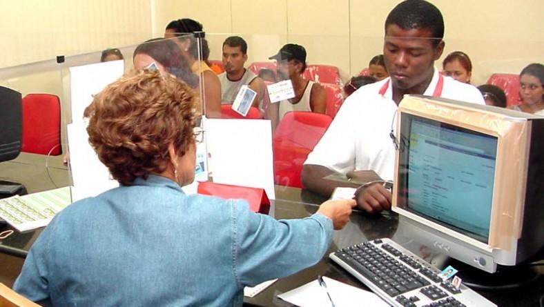 Carteiras do passe escolar estão sendo entregues às escolas pela SMTT