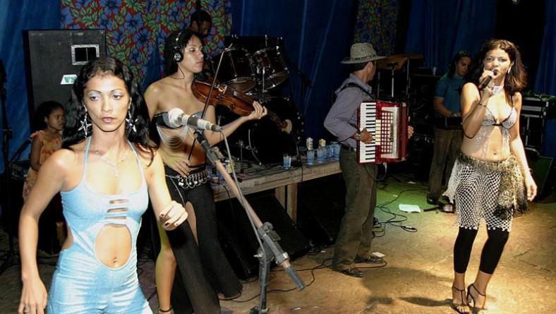 Público do palco Gerson Filho acompanha show das Patricinhas do Forró