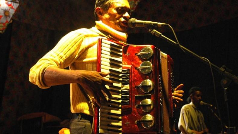 Lourival Mendes anima multidão no palco Gerson Filho