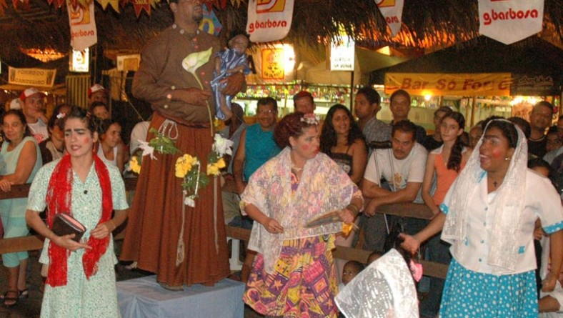Grupo Imbuaça encerra atividades culturais alternativas do Forró Caju 2005