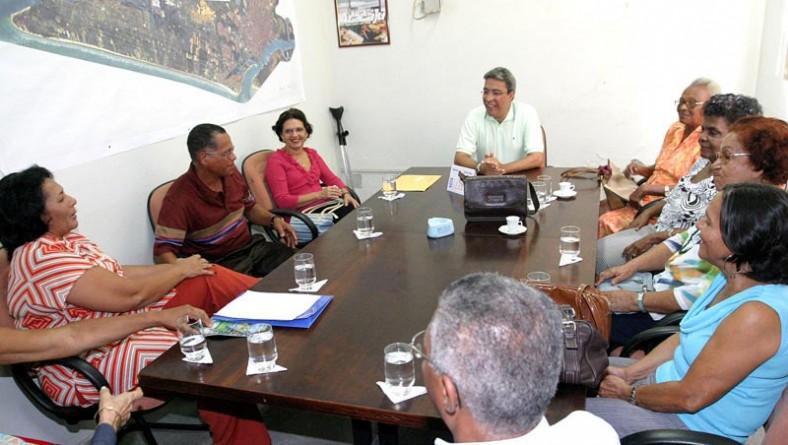 Prefeito recebe em audiência especial grupo de idosos da UFS