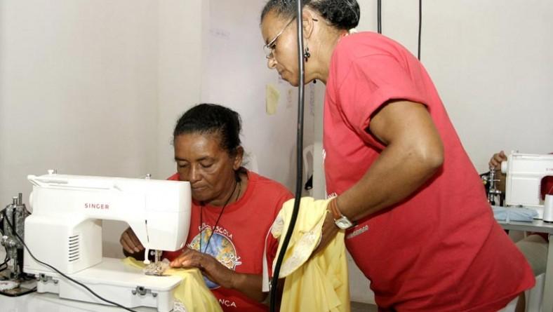 Moradoras do Santa Maria aprendem a arte do corte e costura