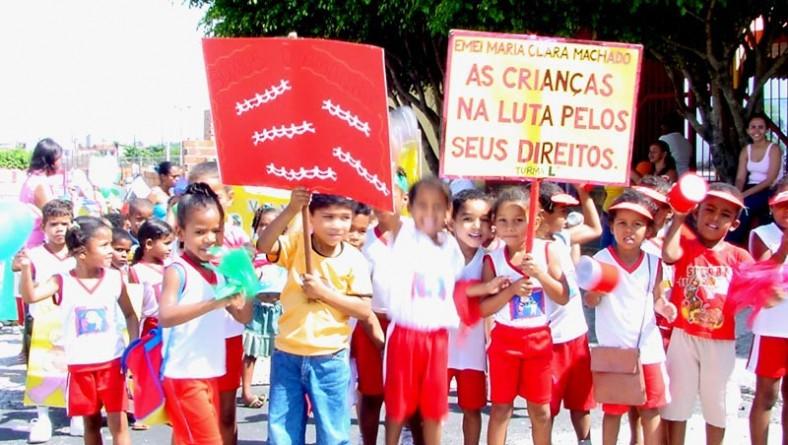 """Crianças de escola municipal participam de """"Marcha em defesa da cidadania"""""""