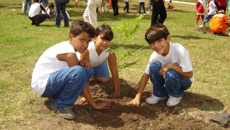 Emsurb promove plantio de árvores frutíferas no Dia da Criança
