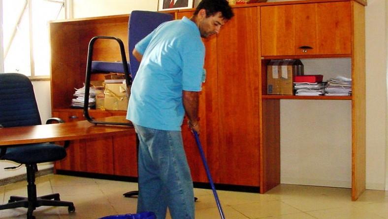 Alunos do curso de Agente de Limpeza têm aula prática no Centro Administrativo da PMA