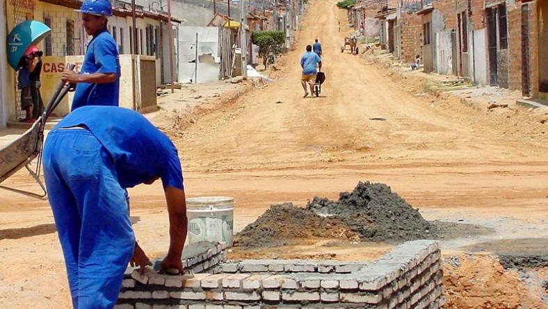 Ruas do conjunto Padre Pedro recebem serviços de terraplanagem e pavimentação