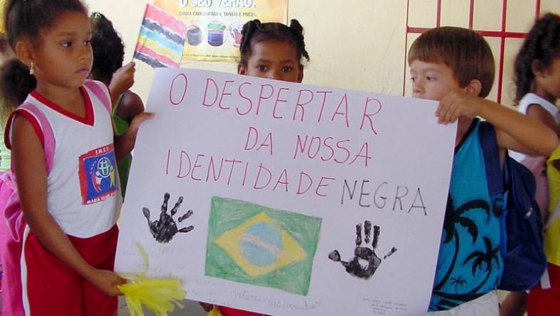 Alunos da escola Maria Clara Machado participam de marcha pela consciência negra