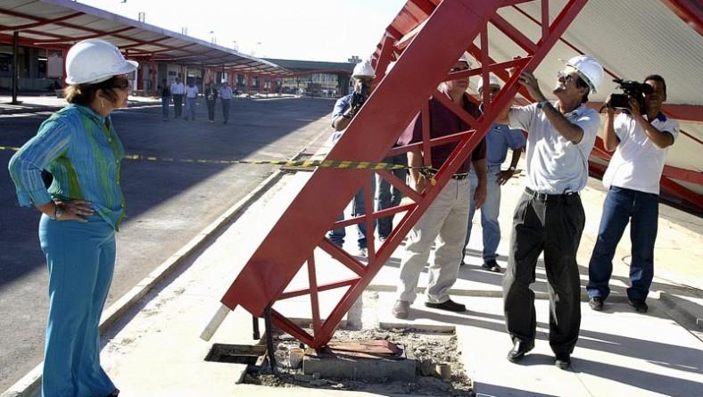 Laudo técnico vai determinar a causa da queda da estrutura metálica do terminal Zona Oeste