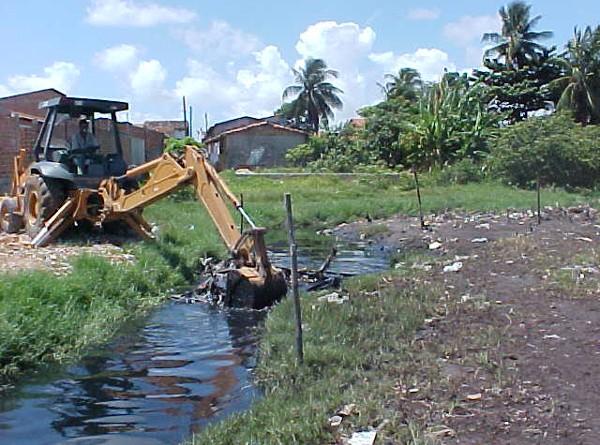 Canal do conjunto D. Pedro I passa por serviço de limpeza mecanizada