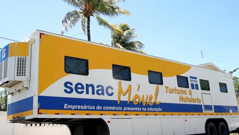 Cursos na área de hotelaria são oferecidos gratuitamente pela Fundat na carreta-escola do Senac
