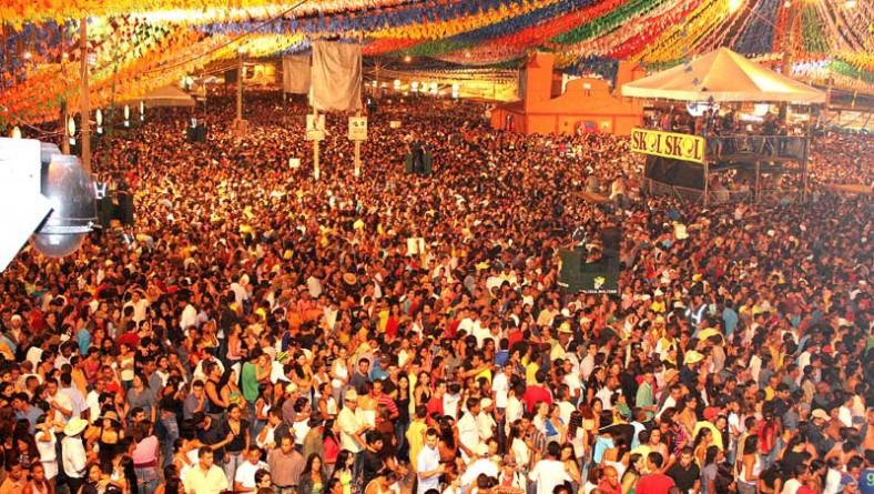 Milhares de pessoas comparecem em mais uma noite de Forró Caju