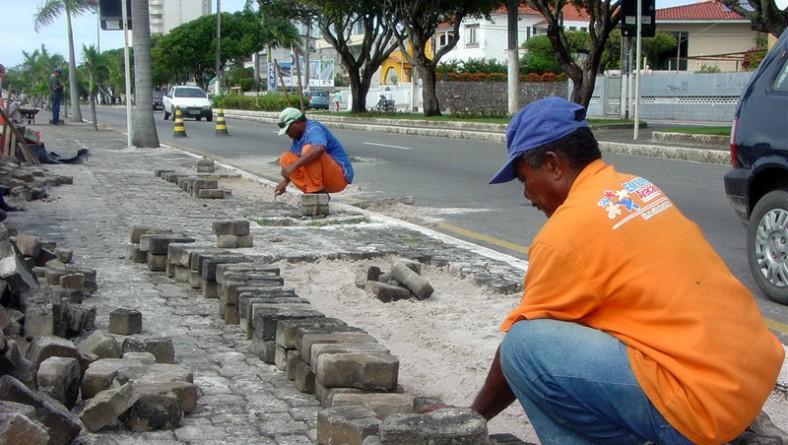 Emurb recupera calçada ao longo da avenida Ivo do Prado